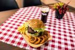 Hamburger Deluxe s hranolčekmi a cibuľovými krúžkami a Kofolou