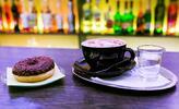 Espresso, Caffé Latte alebo Cappuccino a čokoládová šiška v Peoples