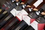 Fľaša kvalitného vína s pochúťkovým tanierom