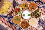 Vegánsky tanier plný indických vegánskych špecialít