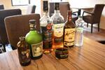 Ochutnávka rumov s kolou a údenými mandľami